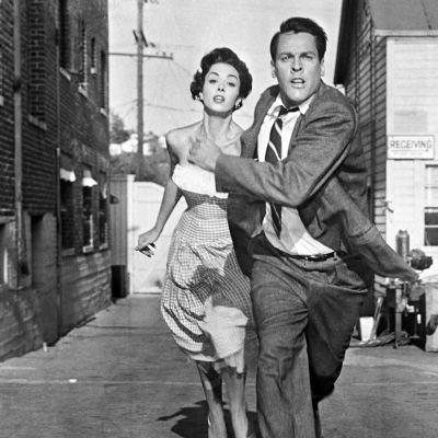 Becky Driscoll (Dana Wynter) ja tohtori Miles J. Bennell (Kevin McCarthy) pakenevat elokuvassa Varastetut ihmiset