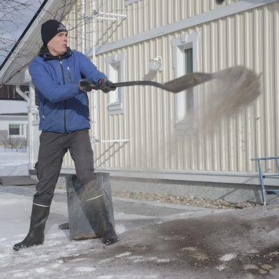 Radiotuottaja Ville Kinnunen, Yle, tuhkaa hankia.