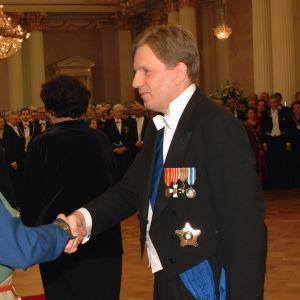 President Tarja Halone och Esko Aho hälsar på varandra under mottagningen 2001.