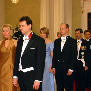 Bland gästerna som anländer till slottet finns Ville Itälä, Jan-Erik Enestam och Olli-Pekka Heinonen. Året är 2001.