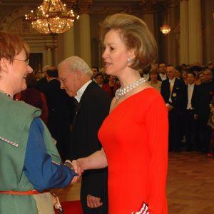 President Tarja Halonen och USA:s ambassadör Bonnie McElveen-Hunter 2001.