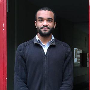 Jihadismin tutkija Kevin Jackson seisoo oviaukossa ja katsoo kameraan