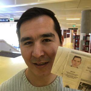 David Zafari visar efterlysningen i Helsingin Sanomat