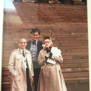 Kaarin Taipale, Robert Stern ja Charles Jencks seisovat Eduskuntatalon portailla.