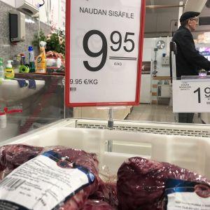 Tarjoushintaista naudan sisäfilettä kaupan kylmäaltaassa.