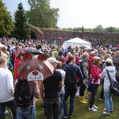 2000 skolelever var på plats vid utlysningen av skolfred i Bastion Ungern i Lovisa.