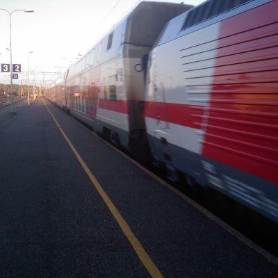 Intercitytåg kör förbi Kyrkslätts tågperrong.