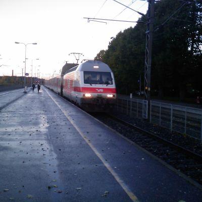 VR-tåg kör förbi Kyrkslätt tågperrong.
