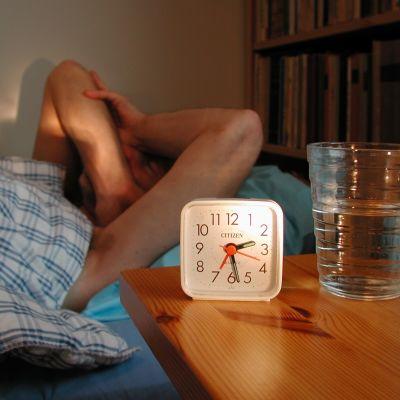 Omkring en tiondedel av finländarna lider av kroniska sömnproblem. Stress och psykiska problem ligger ofta bakom. Bild: YLE