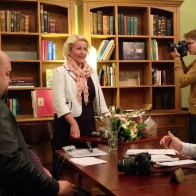 Vaasalainen Miapetra Kumpula-Natri tiedotustilaisuudessaan tultuaan valituksi Sosialidemokraattisen puolueen euroedustajaksi.