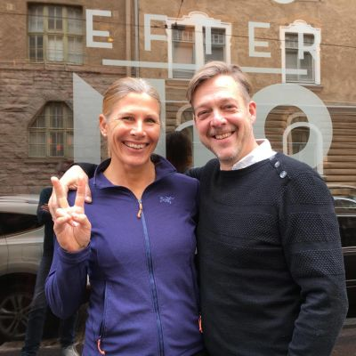 Anna Markelin och Riko Eklundh utanför Efter Nio studion