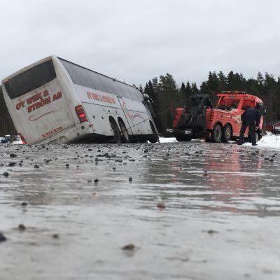 Liukkaalla tiellä ojaan suistunutta bussia nostetaan Mustasaaressa 25.1.2018