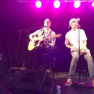 Isac Elliot lauloi keikan Variskan koululla Vaasassa tänään.