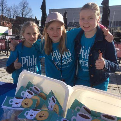 Ilona, Miia ja Wilma myivät alakoululaisten yrittäjätorilla oman Wiima-tuotemerkkinsä keksejä.