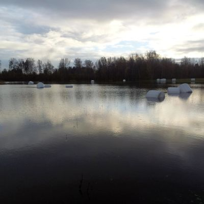 heinäpaaleja tulvan keskellä