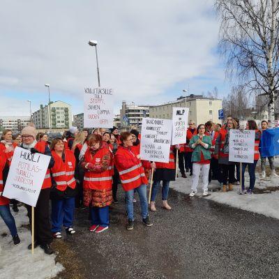 Mehiläinen Länsi-Pohjan työntekijöitä ulosmarssissa huhtikuussa 2019.