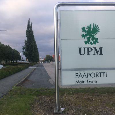 UPM-kyltti tehtaan edustalla.