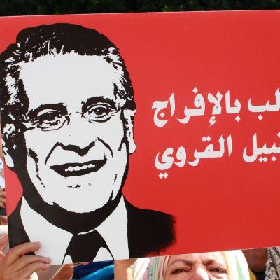 Nabil Karouin kannattajat marssivat hänen vapauttamisensa puolesta syyskuun alussa Tunisian pääkaupungissa Tunisissa. Karoui pääsi vankilasta keskiviikkona, mutta rahanpesuepäilyn tutkinta jatkuu.