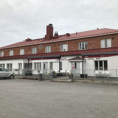 Stabshuset i Korpo med en bil framför