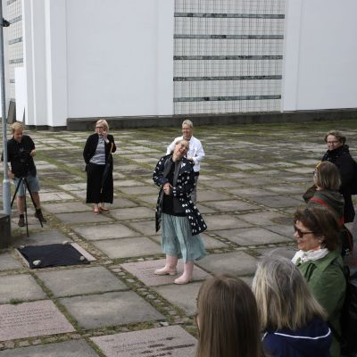 Kajaanin runoviikon taiteellinen johtaja Kati Outinen paljastamassa vuoden runokiveä.