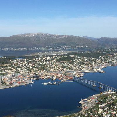 Tromssan kaupunki Fjellhaisenilta kuvattuna.