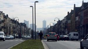 En soldat mitt på motorvägen i Simonis. Simonis ligger nära Molenbeek i Bryssel.