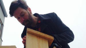 Jonas Sundström bygger en fågelholk.