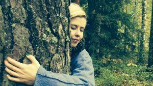 Päivikki halaa puuta