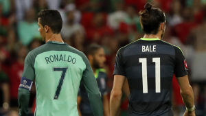 Cristiano Ronaldo och Gareth Bale går under semifinalen mellan Portugal och Wales i EM.