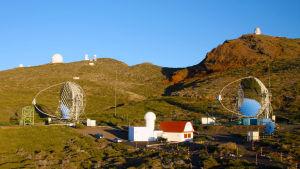MAGIC-teleskooppikaksikko La Palman saarella 2,2 kilometrin korkeudessa.