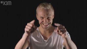 Janne Grömnroos pekar mot kameran