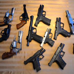 Pistoler och revolvrar.