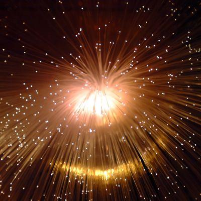 kirkas ilotulite räjähtää taivaalla