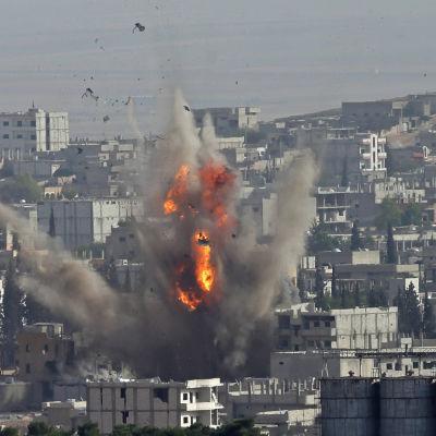 Flygangrepp mot IS i Kobane på måndagen.