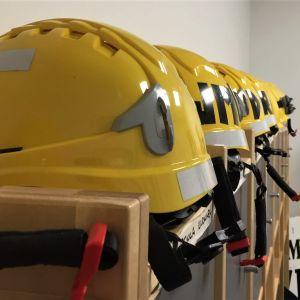 Palokunnan nuoriso-osaston kypäriä rivissä Luumäen paloasemalla.