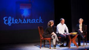 Jeanette Björkqvist, Magnus Londen och Elli Flen sitter på scenen i Wasa teater