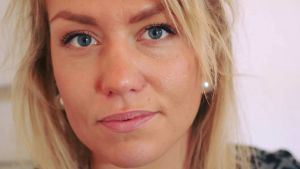 en kvinna i blont långt hår