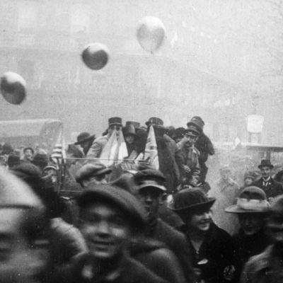 Ensimmäisen maailmansodan ajalta ihmisiä kadulla