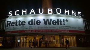 """""""Rädda världen"""". Text på fasaden till teatern Schaubühne."""