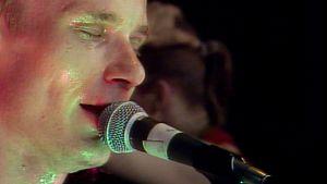Ismo Alanko laulaa Sielun Veljien konsertissa Provinssirockissa 1986
