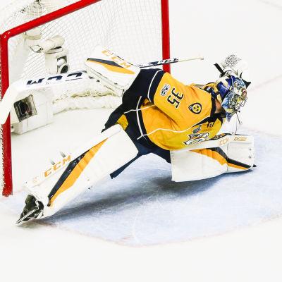 Pekka Rinne tänjer sig till sitt yttersta.
