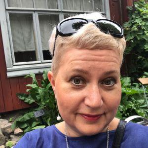 Selfie av Heidi Juslin-Sandin vid somrigt torp.
