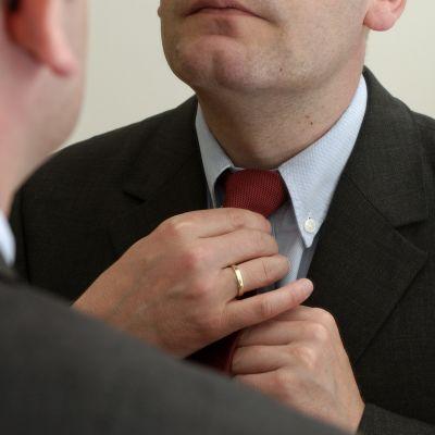 Man knyter slips.