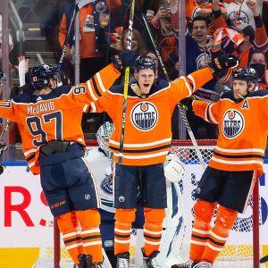 Edmontons spelare firar säsongens första mål.