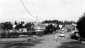 Bild från bygge av hissarna vid gamla järnvägsbron på 1980-talet i Karis.