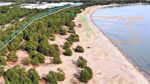 Ett flygfoto över sanddynerna på Tullstranden i Hangö. På bilden ses linjer i olika färger som visar till exempel var den planerade gångbanan i trä ska löpa.