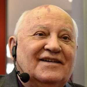 En äldre man med hörlurar och mikrofon.