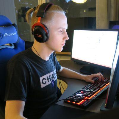 Paavo Voutilainen pelaa PlayerUnknown's Battlegrounds-peliä.