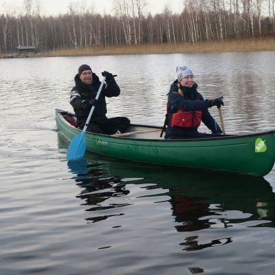 Mika Soramäki ja Heidi Kontio melomassa