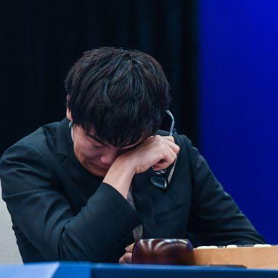 Mies itkee